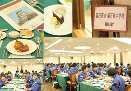大阪市の招待で修学旅行に来阪の釜石東中の子どもたちがパル法円坂で昼食会。